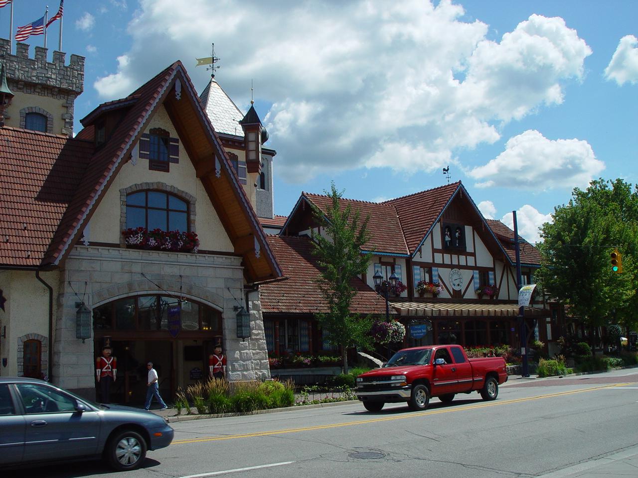 歴史的建物に混ざって、ドイツ風の外観の現代の建物も並んでいるし、アメリカ風の看板もあって、アメリカとドイツがミックスしたような雰囲気でした。